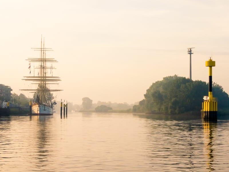 Während der Fährüberfahrt hat man kurz einen schönen Blick in die Lesum-Mündung und auf das Schulschiff Deutschland. 85 mm [@KB],  1/340 Sek. bei f/8,0 / ISO 200