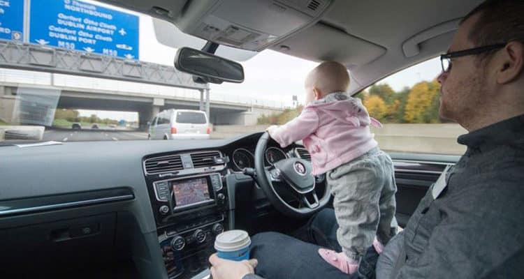 Baby faehrt Auto