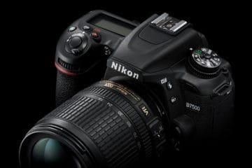 Es wurde je bereits vermutet, dass die nächste Nikon DSLR nicht D7300 heißen würde, sondern D7500 - und so ist auch gekommen. Heute wird die Nikon D7500 offiziell vorgestellt. Da die D7500 einige Ausstattungsdetails von der D500 übernimmt, legt die Vermutung nahe, dass der Name der neuen diese Verbindung herstellen soll, aber sicher ist es nicht. Sicher ist nur, dass der ein oder andere Interessent an derD500 nun erst einmal einen Blick auf die D7500 werfen wird. Wie die D500 ist die D7500 mit einem 20,9-MPix-DX-Sensor ausgestattet, also einem 23,5 x 15,7 mm großen APS-Sensor, der einen Crop-Faktor von 1,5x mit sich bringt. Damit ordnen sich beide Modelle unter der D7200 ein, die einen 24,2-MPix-Sensor aufweist. Auf einen Tiefpassfilter wird bei allen dreien verzichtet. Allerdings arbeitet der Sensor der D7200 mit dem Bildprozessor Expeed 4 zusammen, während in der D500 und D7500 der neuere Expeed 5 verbaut ist. Damit hängt dann auch zusammen, dass die D7500 denselben riesigen ISO-Bereich wie die D500 aufweist. Standardmäßig stehen die Werte von ISO 100 bis 51.200 zur Verfügung. Mit Erweiterung erstreckt sich der Bereich von ISO 50 bis ISO 1.640.000. Auch beim RGB-Sensor für die Belichtungsmessung ist die D7500 auf der Höhe der D500 - er ist jeweils mit 180.000 Pixeln besetzt und wertet auch die Farben des Motivs aus. Diese Information macht die Motiverkennung sicherer und wird auch für den Autofokus genutzt, wenn es ums Fokus-Tracking geht. Stichwort Autofokus: Hier hat dann die D500 der kleinen Schwester etwas voraus. Sie stellt 153 AF-Messfelder (davon 99 mit Keuzsensoren) zur Verfügung. Bei der D7500 kommen, wie schon bei der D7200, 51 Messfelder (davon 15 mit Kreuzsensoren) zum Einsatz. Auch der AF-Bereich ist bei der D500 ein bisschen größer und geht bis LW -4, während er bei der D7500 bis LW -3 reicht - aber auch das bedeutet, dass man sich sehr wenig Licht noch auf die automatische Scharfstellung verlassen kann. Mondschein reicht! Wenn bei solchen Aufnahmen 