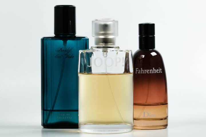 Drei Parfumflakons. Studioaufnahme.