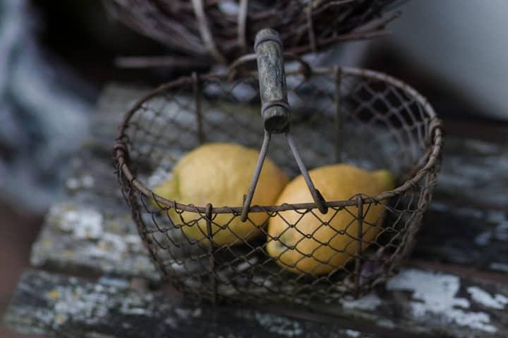 Zwei Zitronen in einem alten Korb.