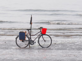 Fahrrad mit rotem Korb